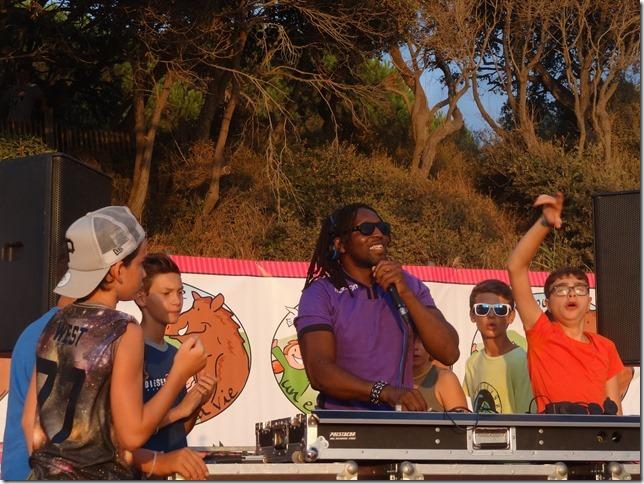 Claude Njoya et les enfants